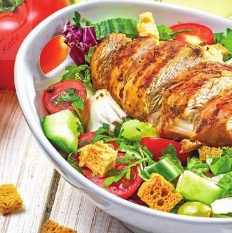 Рецепт овощного салата с куриной грудкой