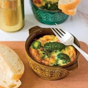 Рецепт яиц кокот со свиными колбасками и брокколи