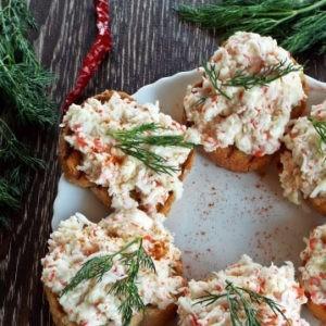 Recept buterbrodov s krabovymi palochkami, chesnokom i plavlennym syrom