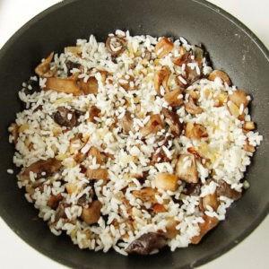 Обжарка грибов с рисом