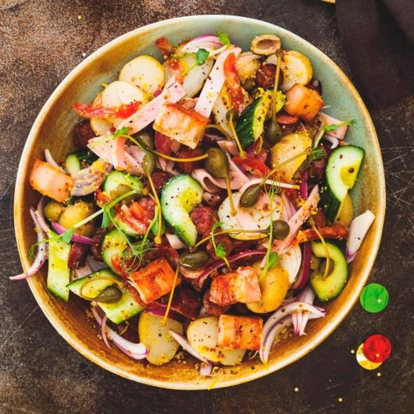 Kartofel'nyj salat s mjasnymi delikatesami