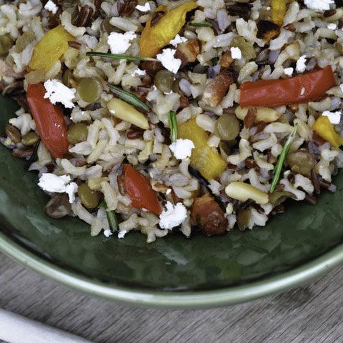 Салат из коричневого риса овощей и сыра фета