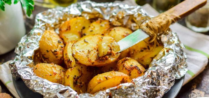 Молодой картофель, запеченный с чесноком в фольге