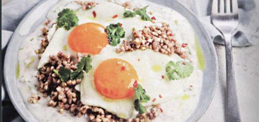 Здоровый завтрак из зеленой гречки с яйцом и йогуртовым соусом