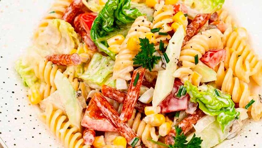 Праздничный салат с макаронами и колбасой - Фото